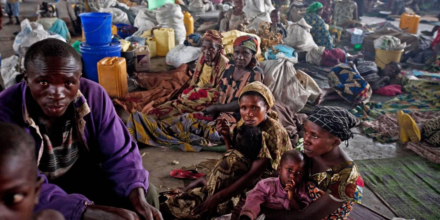 Perheet, jotka ovat paenneet hallituksen joukkojen ja M23-ryhmän välisiä taisteluita, etsivät suojaa lastenkodista Gomassa.Kuva: Kate Holt/IRIN