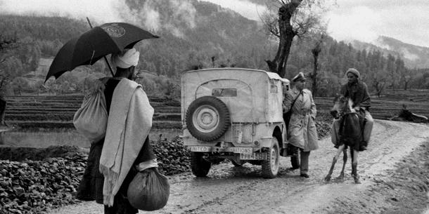Majuri Emilio Altieri Uruguyasta tyypillisessä Kashmirin maisemassa vuonna 1955, kysymässä neuvoa paikalliselta ohikulkijalta.