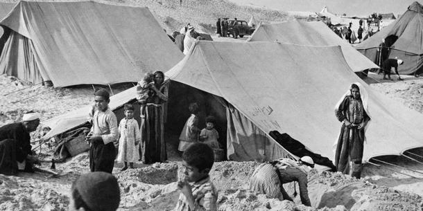 Palestiinalaisia pakolaisia pystyttävät YK:n tarjoamia telttoja Khan Yunuksessa Etelä-Palestiinassa 1940-luvun lopulla.