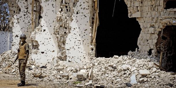 Sotilas partioi AMISOM-joukkojen ja Al-Shabaab -militian rintamalinjalla Bakaran torin lähettyvillä Mogadishussa.