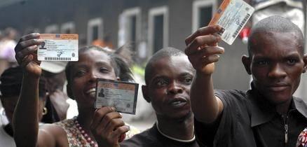 Kongolesere viser frem valgkortene sine. Foto: UN Photo Myriam Asmani