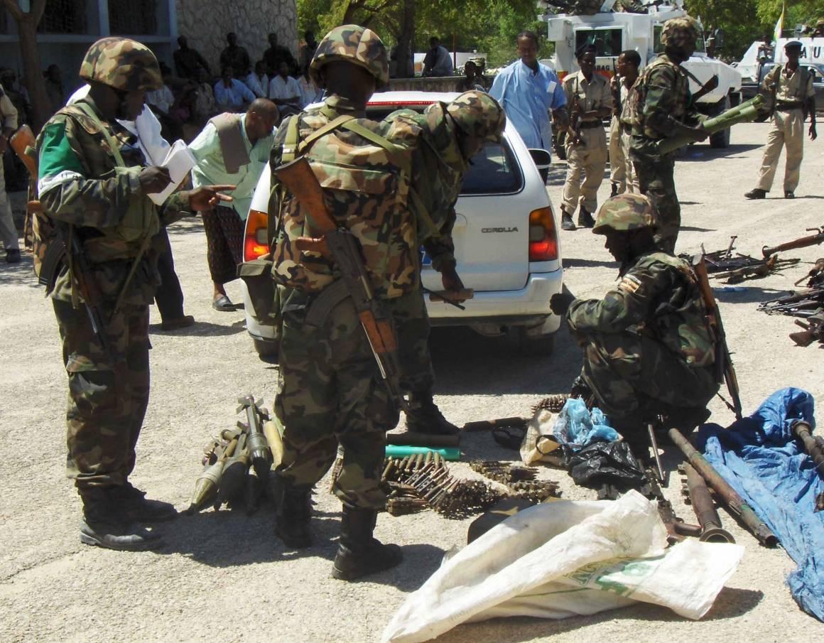 Ugandasta tulevat AU:n rauhanturvaajat käsittelevät aseita. Kuva: Aweys Osman/Irin