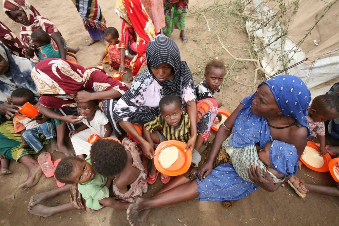 Ruuan puute ja monet suut ruokittavana Somaliassa. YK Kuva: Manoocher deghati/Irin