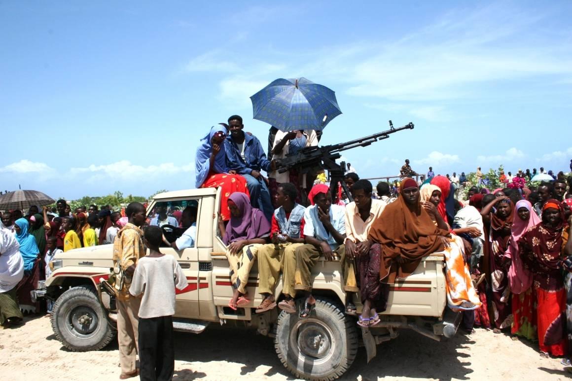 UIC miliisi yhdessä paikallisten ihmisten kanssa Mogadishussa, Somaliassa. Kuva: Abdikmalik Yusuf/Irin
