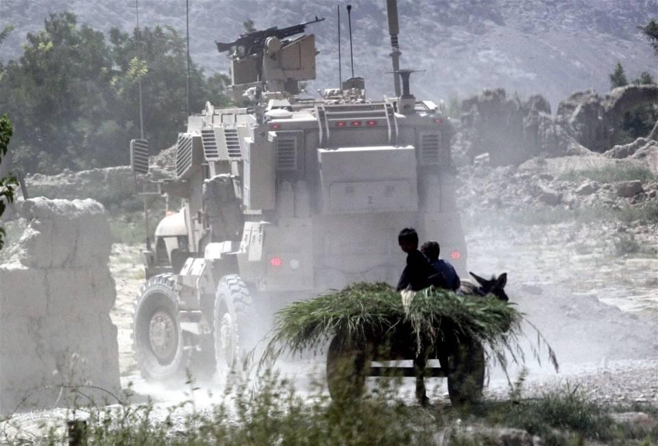 Lapset katselevatohi ajaviapanssariautoja. Kuva:Jason Gutierrez/IRINA.