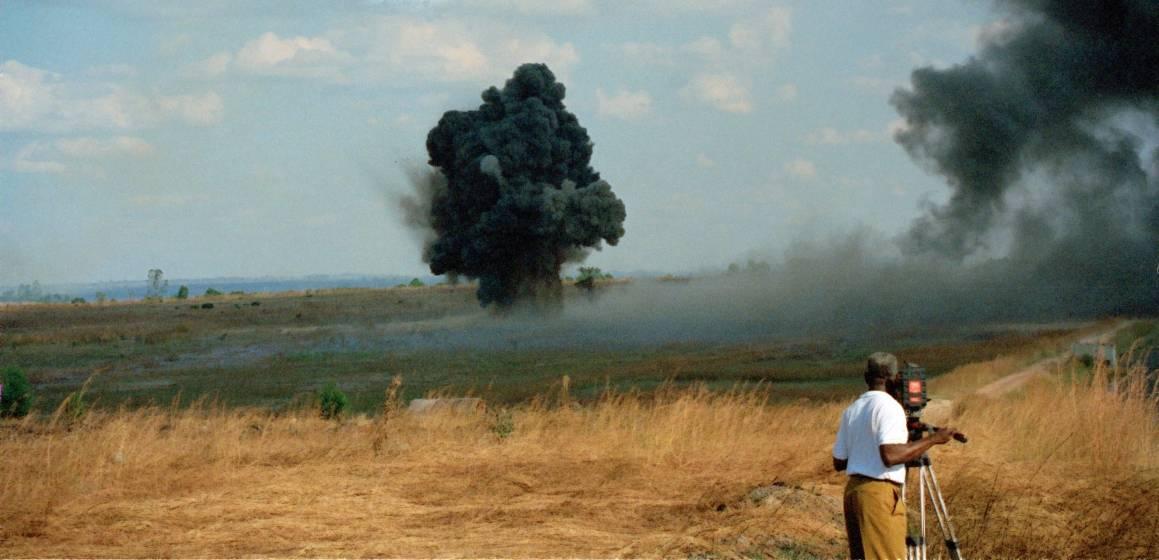 YK-joukot auttavat miinanraivauksessa Huambon alueellaAngolassavuonna 1996.Kuva: UN Photo/John Charles Monua