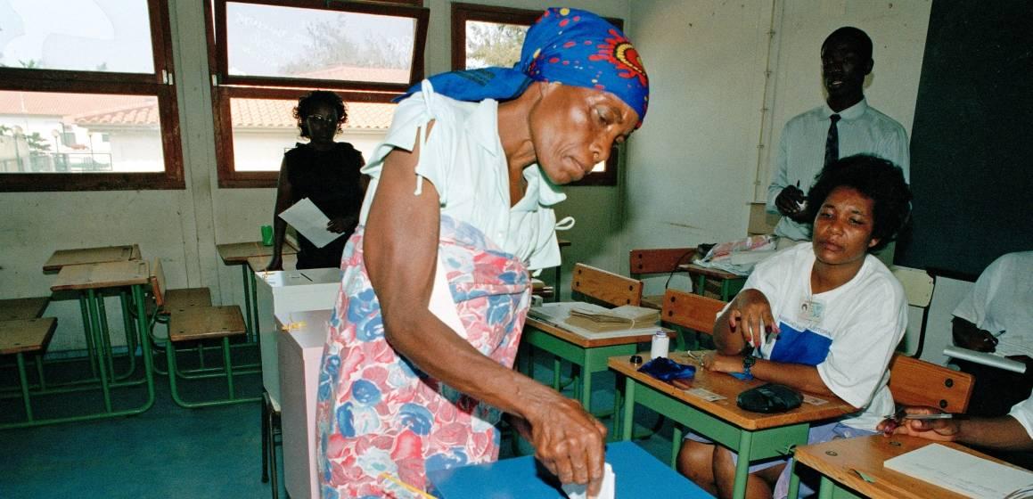 Nainen äänestyspaikalla vuonna 1992 järjestetyissä vaaleissa. Kuva:UN Photo/Milton Grant