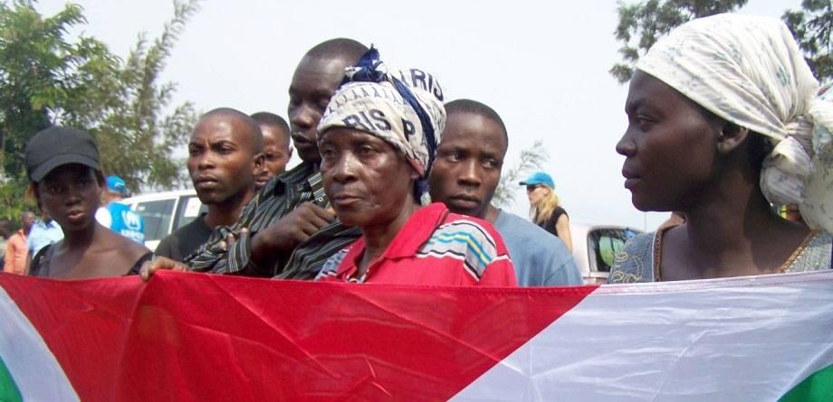 Kongon demokraattisesta tasavallasta Burundiin palaavat pakolaiset kuuntelevat tervetuliaispuhetta maiden välisellä rajalla. Kuva:IRIN/Judith Batusama.