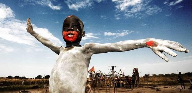 Lapsi juhlii Etelä-Sudanin itsenäistymispäivää vuonna 2011. Kuva:Freedom House/Flickr