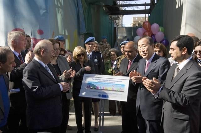 YK:n entinen pääsihteeri Ban Ki-moon vierailee Ledra-Lokmaci -kadulla Nikosiassa helmikuussa 2010.Kuva: FN, Eskinder Debebe