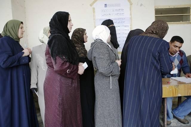 Naiset odottavat äänestysvuoroaan Ramadin kaupungissa vuonna 2009. Kuva: YK-valokuva / Rick Bajornas