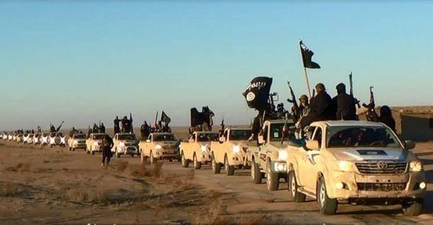 ISIS:nsotilaatajavat länsi-Irakissa sijaisevanAnbarin maakunnan halki. Kuva vuodelta 2014. (NTB Scanpix)