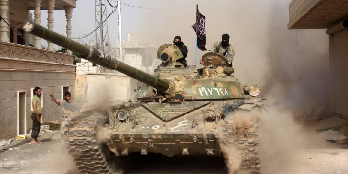 Al-Nusra-soldater inntar den syriske byen Idlib.