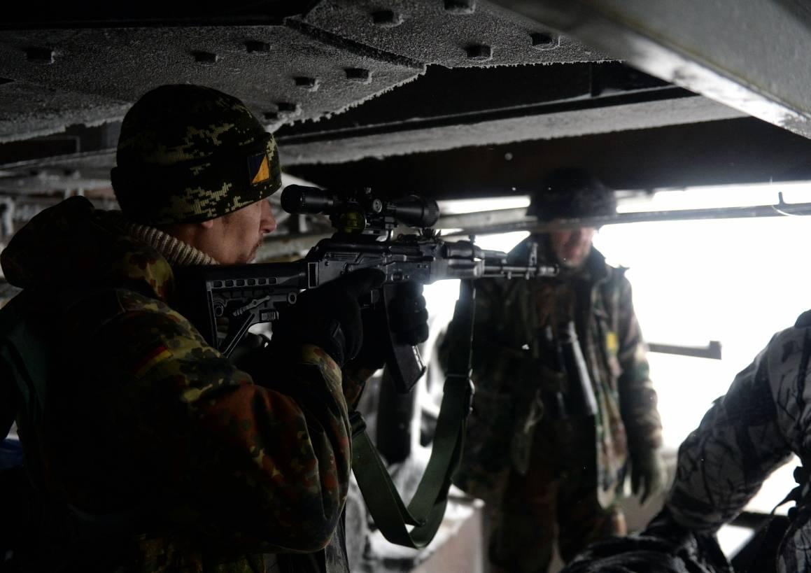 Kuvassa ukrainalaisen kansallismielisen puolueen, Oikean sektorin, vapaaehtoiset puolisotilaalliset joukot Donetskissa Itä-Ukrainassa. Kuva: NTB Scanpix/AFP Photo/Vasili Maximov