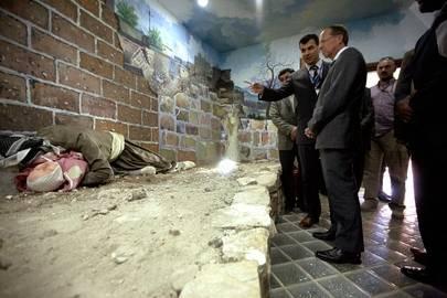 YK:n pääsihteerin Irakin erityisedustaja Martin Kobler (keskellä oik.) vierailee Kurdistan-Irakin Halabjassa sijaitsevalla muistomerkillä Saddam Husseinin kurdeja vastaan käymän kansanmurhakampanjan uhrien muistoksi. Hän käytti kemiallisia aseita vuonna 1988. Kuva: YK-kuva/Bikem Ekberzade.