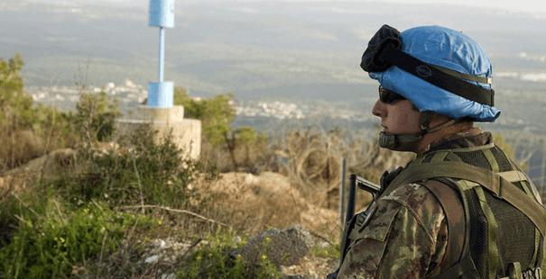 """Rauhanturvaaja valvomassa niin sanottua """"Sinistä linjaa"""", joka kulkee Libanon ja Israelin rajalla. UNIFIL on toiminut rajalla vuodesta 1974."""