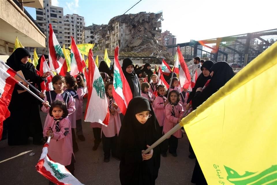 Nuoret mielenosoittajat Etelä-Beirutissa, raunioissa pommi-iskujen jälkeen, syksyllä 2006. Kuukauden mittainen konflikti Israelin ja Hizbollahin välillä teki kaupungeista ja kylistä taistelukenttiä (Kuva: Manoocher deghati/irin)
