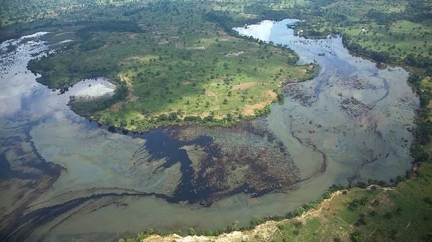 Öljyn saastuttama joki Nigeriassa vuonna 2010. Kuva: UNEP