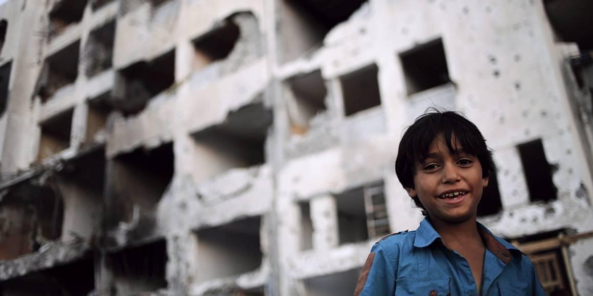 Palestiinalaispoika seisoo Israelin pommien tuhoaman talon ulkopuolella Beit Lahiyan kaupungissa Gazan kaistalla. Kuva on otettu tunteja ennen kuin osapuolten välisen tulitauon oli määrä päättyä. Kuva: EPA/Mohammed Saber