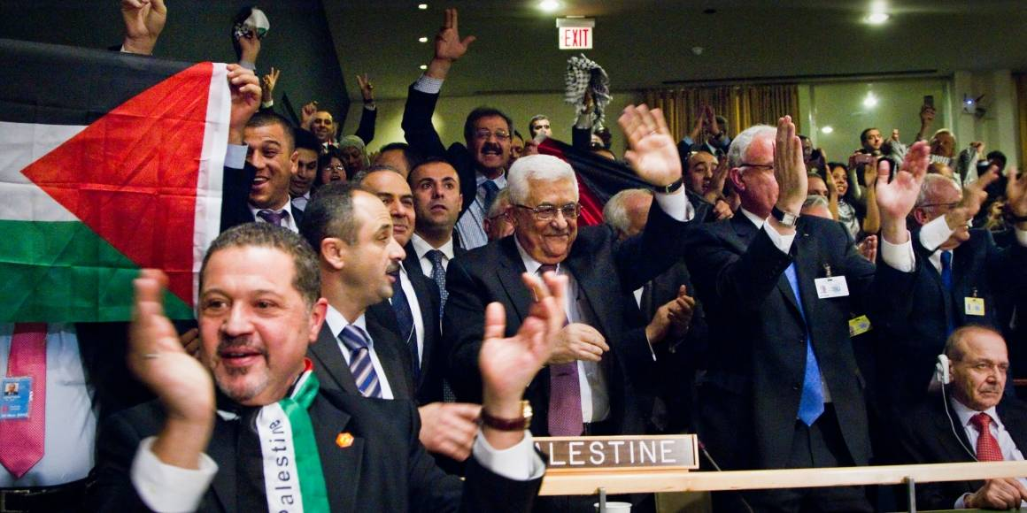 Den palestinske delegasjonen jubler etter at FNs generalforsamling innvilget Palestina status som observatørstat i FN. Foto: UN Photo/Rick Bajornas