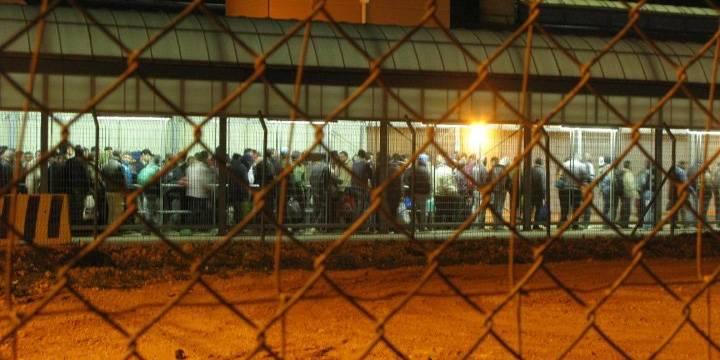 Palestiinalaiset, joille on myönnetty lupa työskennellä Israelissa, jonottavat päästäkseen Qalqilian tarkastuspisteen läpi. Kuva: Ida Jørgensen Thinn