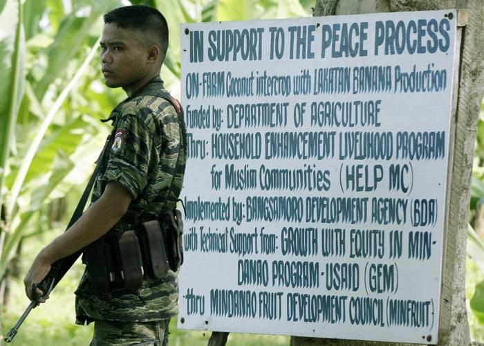 Islamilaisen vapautusrintama MILF:n sotilas partioi Sultan Kudaratin maakunnassa etelä-Filippiineillä.Kuva: Mark Navales