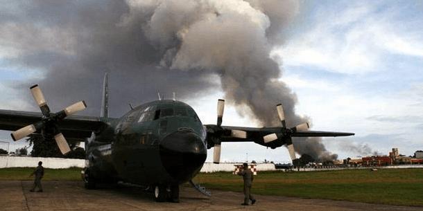 Musta savu tulvii MILF-ryhmittymän hallussa olevassa Zamboangan kaupungissa sotilaslentokoneen laskeutuessa lentokentälle mukanaan avustustarvikkeita syyskuussa 2013. Kuva: IRIN