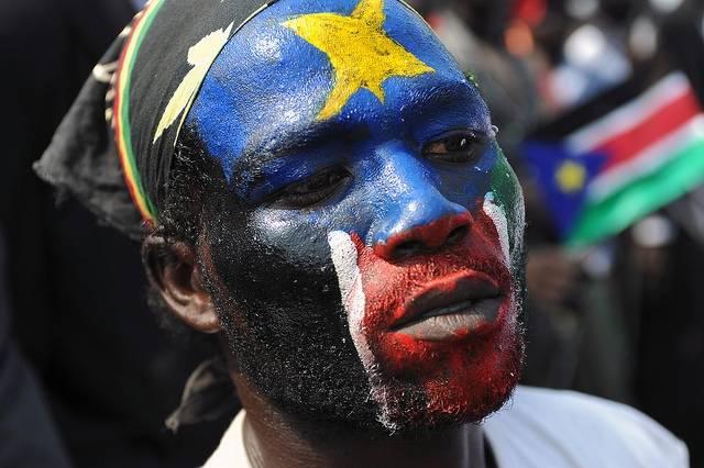 Selv om en felles nasjonal identitet er svak i Sør-Sudan, var det likevel stor støtte til statens uavhengighet. Her har en sørsudaner malt det sørsudanske flagget i ansiktet for å feire uavhengigheten i 2011