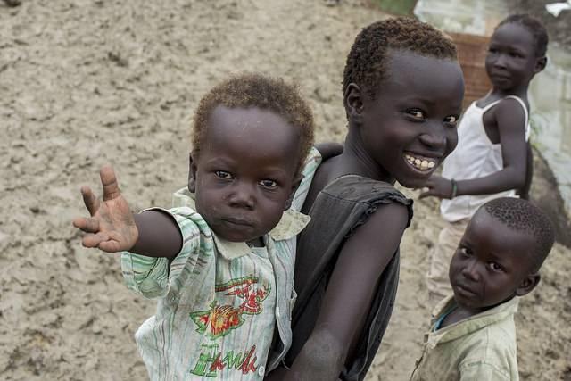 Sivile sørsudanere, mange av dem barn, får beskyttelse inne på FNs militære baser. Bildet viser barn på UNMISSs base i Malakal i 2014.