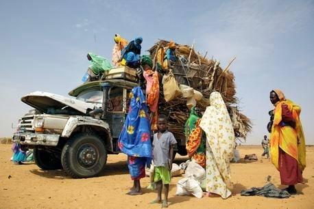 Pakolaisia saapuu leirille Sudanissa.