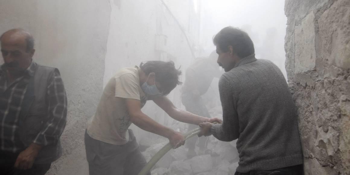 Toukokuu 2014. Siviilit yrittävät sammuttaa tulipaloa Azazin kaupungissa. Tulipalon aiheutti pommi-isku, jonka takana uskotaan olevan presidentti Assadin joukot. Kuva: REUTERS / Mahmoud Hassano