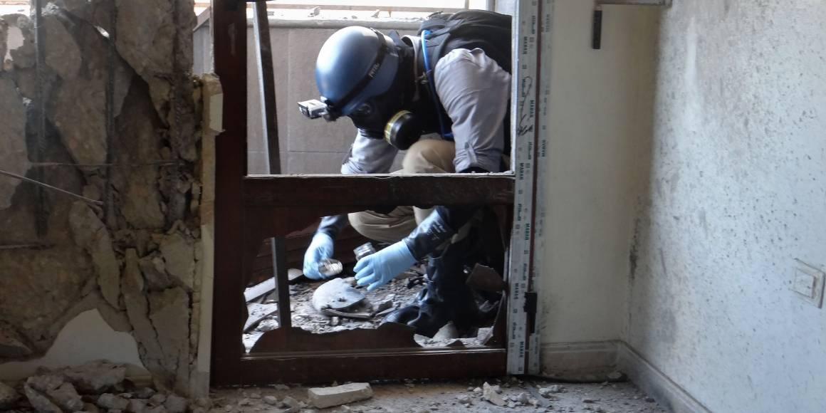 En våpenekspert fra FN tar prøver i Ghouta, hvor raketter som angivelig inneholdt kjemiske våpen falt i august 2013. Foto: AFP Photo/Ammar Al-Arbini