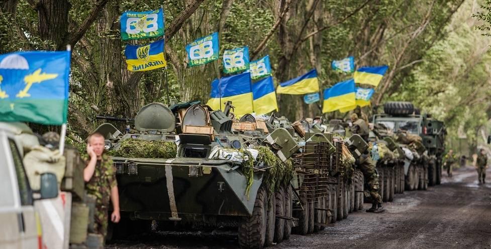 Her kjører ukrainske stridsvogner under en militæroperasjon mot de prorussiske opprørerne i Øst-Ukraina, 8.juli 2014.