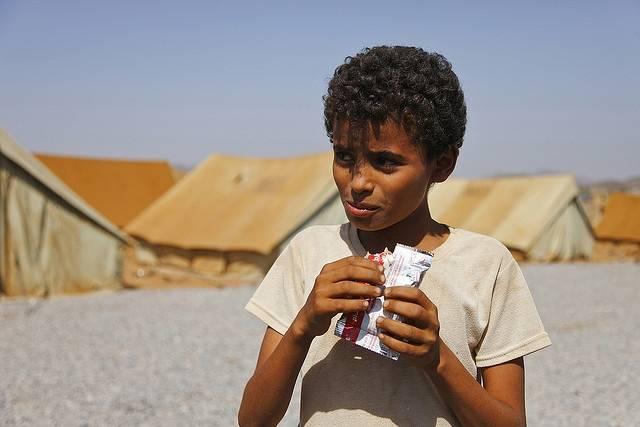 Bildet viser en gutt som spiser mat for nødstilfeller i Mazrak-leiren i 2009, en leir for internt fordrevne nordvest i Jemen. Unicef deler ut mat der til barn for å motvirke underernæring. Foto: Hugh Macleod/IRIN/Flickr