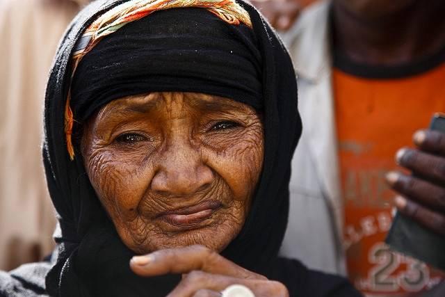 Kuvan nainen jäi 14-henkisen perheensä kanssa kodittomaksi, kun saudiarabialaiset joukot hyökkäsivät huthikapinallisten tukikohtiin hänen kotikylässään. Kuvassa nainen on ruokajonossa YK:n maailman ruokaohjelman pisteellä vuonna 2009. Kuva: Hugh Macleod/IRIN/Flickr