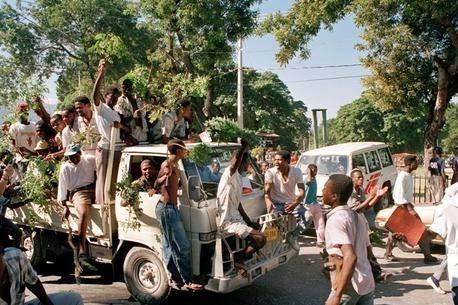 Haitilaiset juhlivat ensimmäisiä vapaita vaaleja. Kuva:UN Photo/Milton Grant.