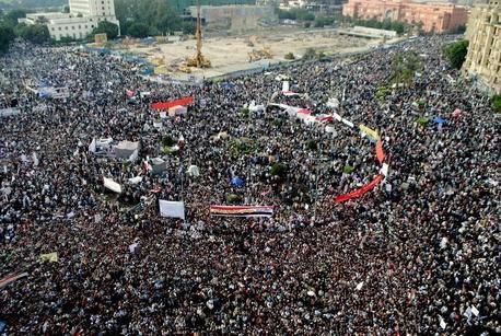 Mielenosoittajat kerääntyivät Kairossa sijaitsevalle Tahirin aukiolle marraskuussa 2011. (Kuva: Lilian Wagdy via Wikimedia Commons)