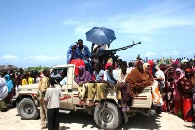 UIC militsen sammen med lokalbefolkningen i Mogadishu, Somalia. Photo: Abdikmalik Yusuf/IRIN