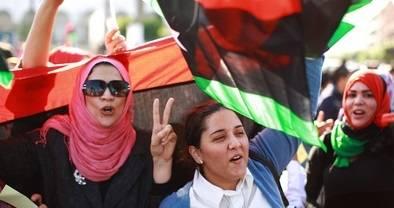 Libyan naiset juhlivat kansallispäivää Libyassa 19. marraskuuta 2011 arabikevään viileillä vesillä. Kuva: YK-kuva/Iason Foounten