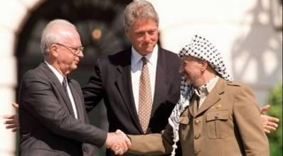 Kuvassa Israelin pääministeri Jitzhak Rabin (t.v.), Yhdysvaltain presidentti Bill Clinton ja palestiinalaisten johtaja, Jassir Arafat. Oslon sopimus allekirjoitettiin vuonna 1993. Kuva: Israelin puolustusvoimat/Flickr