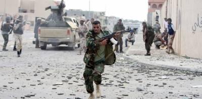 Sotilas juoksee suojaan taistelussa Sirten kaupungista Gaddafin vallassa olevan ajan lopulla 19. lokakuuta 2011. Kuva: NTB Scanpix/AFP Photo/Ahmad al-Rubaye